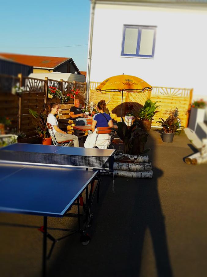 Ihr könnt Tischtennis oder auch Federball spielen