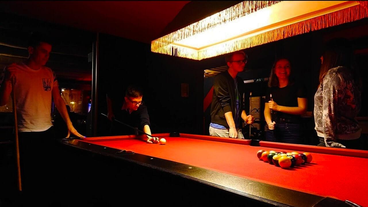 Billard spielen mit Freunden